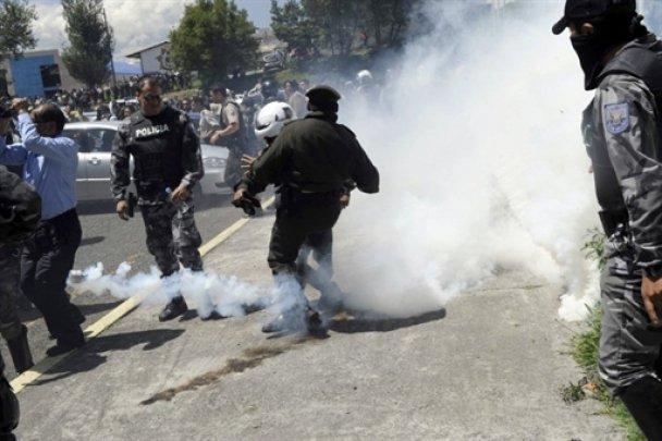 Хаос в Эквадоре: полиция забросала президента гранатами с газом