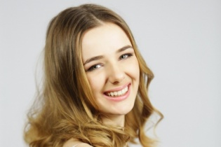 """18-річна волонтерка підкорила проникливим співом на """"Голосі країни"""""""