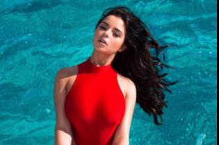 Наслаждается летом: сексуальная Деми Роуз поделилась снимком в купальнике